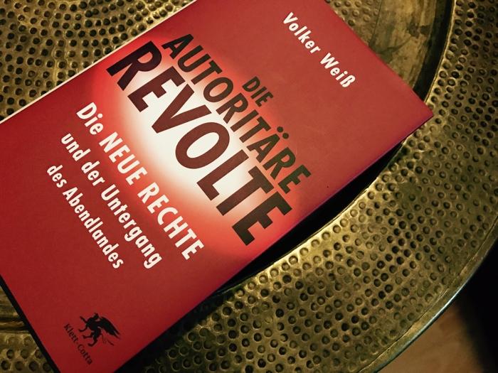 weiss-autoritaere-revolte